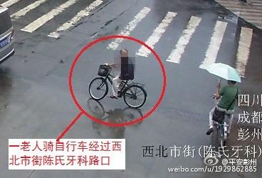 老人正准备通过路口。