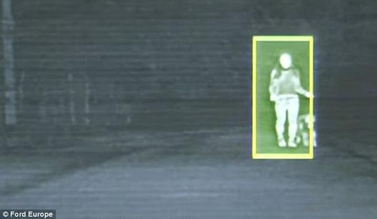 """福特汽车研发的""""基于相机的先进前照灯系统"""",能够探测到路面前方或周围的行人、骑行者或动物。这些潜在的危险都标注于车内的屏幕上,其中两个聚光点代表着系统认为的最危险的目标。"""