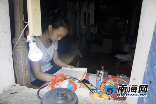 家境贫寒的屯昌中学学生李兰琼在今年高考中考出了680分的好成绩,被江西师范大学录取,但一年五千多元的学费对她一家而言是天文数字。