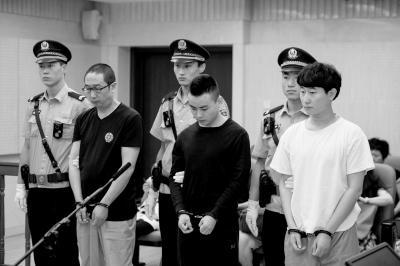 尹某、张某、杨某(从左到右)分别被判10年、10年、9年徒刑。京华时报记者蒲东峰摄