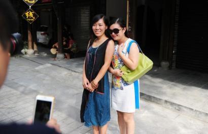 崇州市街子古镇,顾少强一上街就被游客认出来,并要求合影。
