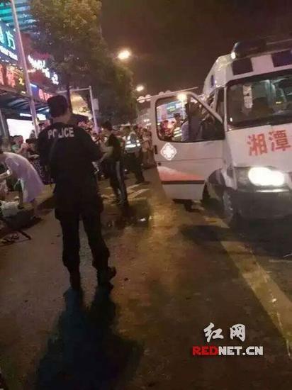 湘潭警方快速赶到现场调查处理。 http://d8.sina.com.cn/pfpghc2/201507/20/83a89978615b417db6ebbd55587b802b.jpg   红网长沙7月24日讯 (时刻新闻记者郑