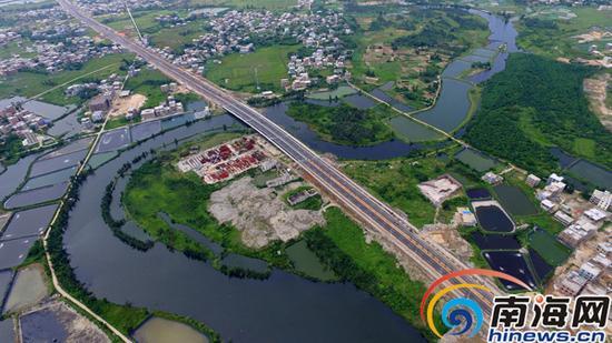 7月24日,低空俯瞰全线贯通后的海口市江东大道(一期)。
