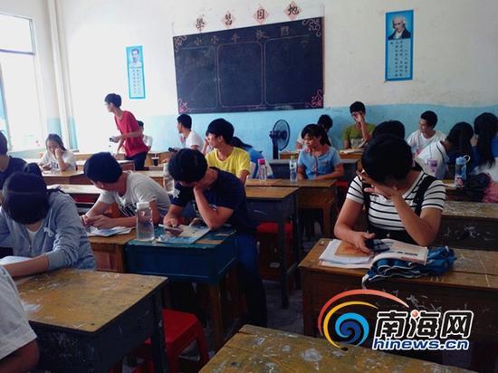 学生在教室里等待补习上课(南海网记者刘培远摄)