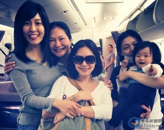 范玮琪飞机偶遇巨细S和徐母亲,高兴合影