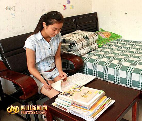 韩婷在福利院看书学习
