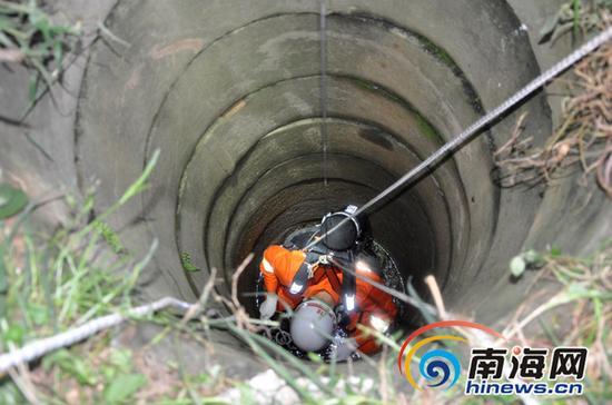 消防官兵正在下井打捞。