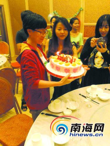 林庆患病期间,大学同学为她庆祝生日,让她很感动(中间拿蛋糕者为林庆)。