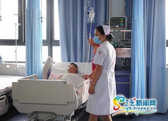 7月27日,躺在海南省农垦三亚医院重症监护室病床上的伤者。(三亚新闻网记者沙晓峰摄)