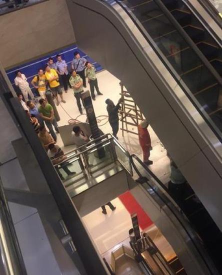 女子被搅入扶梯 事发突然不幸遇难