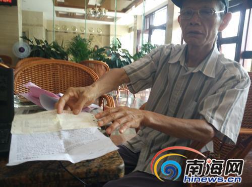 李勤清老人拿着材料反映自己无法通过医保报销的遭遇。