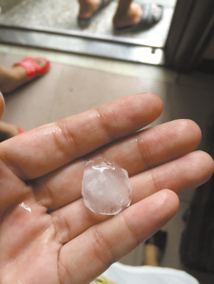 26日下午,奉化溪口镇下了冰雹。宁波晚报 通讯员夏旭静摄