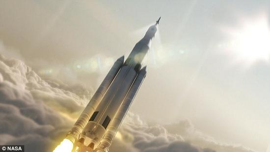 """根据计划,""""太空发射系统""""在试飞阶段将实现负载能力达70吨重,并将一艘""""猎户座""""号无人太空船送入太空,以检验火箭和太空船的综合性能。"""