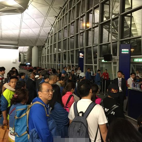 网曝内地乘客与香港地勤发生冲突 6名乘客被拘