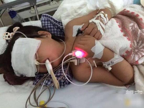 陕西5岁女孩被锁车内40分钟 多脏器功能衰竭