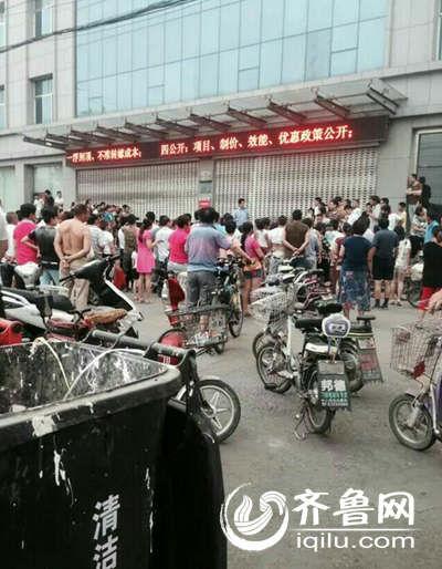男子劫持人质现场,市民纷纷围观挡住了路