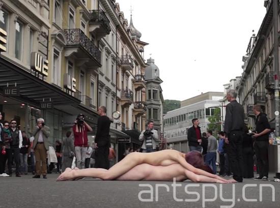 """Thomas Zollinger, Elias Kirsche, Glynis Ackermann, """"裸体漫步"""" (2014)"""