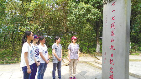 徐梦盈等5名学生来到北仑戚家山街道,参观了七一七戚家山抗日纪念碑。