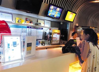 7月26日,王府井新东安百老汇影城,观众在影城市肆采办饮料。新京报记者 薛珺 摄