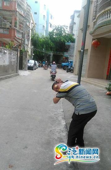 刘先生在事发现场讲述莫名被打的经过。(三亚新闻网记者沙晓峰摄)
