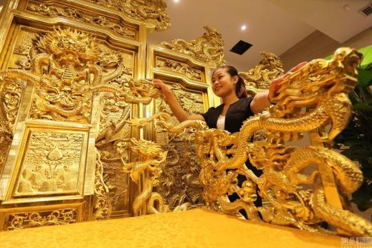 金箔万余张造价40万的黄金龙椅问世