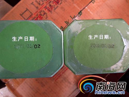 一盒茶叶的生产日期为2011年1月2日,另一盒的生产日期则被人为刮掉。