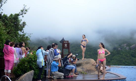 众多女选手在峭壁天池拍摄