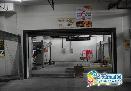 7月28日,三亚商品街一巷港华广场正在装修的停车场,一辆车一晚最高收300元。