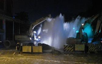 榕津泰路口水管被挖断 工地涌喷泉