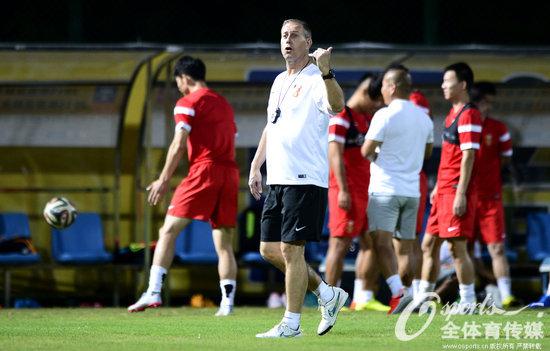 国足集结后首堂训练课 佩兰感谢球员带伤备战