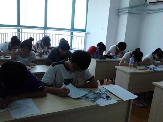 图:启东学海的学生正在做题