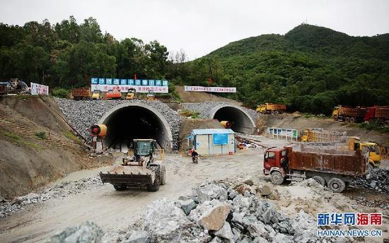 一辆铲车从三亚红沙隧道口开出