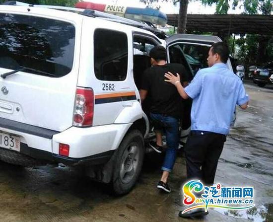 7月29日,三亚一名毒驾男子被带上警车。(三亚新闻网记者沙晓峰摄)