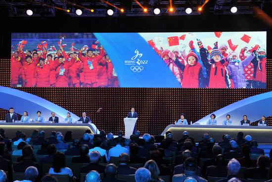 图片说明:7月31日,北京冬奥申委主席、北京市市长王安顺(中)进行陈述。当日,在国际奥委会第128次全会上,2022年冬奥会候选城市进行陈述。    吉隆坡7月31日消息,国际奥委会主席巴赫刚刚宣布,北京获得2022年冬奥会主办权!北京成为奥运历史上第一个既举办过夏季奥运会,又举办冬奥会的城市。