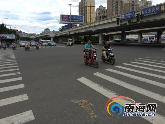 7月30日中午,电动车在南大桥下的机动车道行驶(南海网记者组摄)