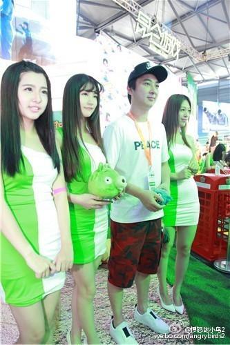 """新浪娱乐讯 7月31日,""""国民老公""""王思聪现身ChinaJoy,参与了《愤怒的小鸟2》互动环节,ShowGirl纷纷争相上台与王思聪合影。"""