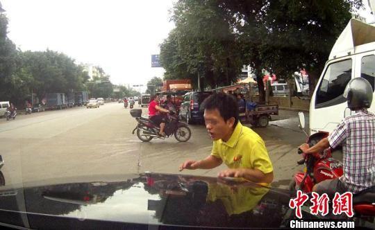图为车主提供行车记录仪拍下画面 王贤哲 摄