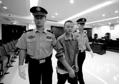 汪某被法警带出法庭。 京华时报记者 欧阳晓菲 摄