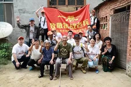 """黄海波作为志愿者参与""""一脉·1945""""公益活动,在河南漯河拍摄老兵宣传片"""