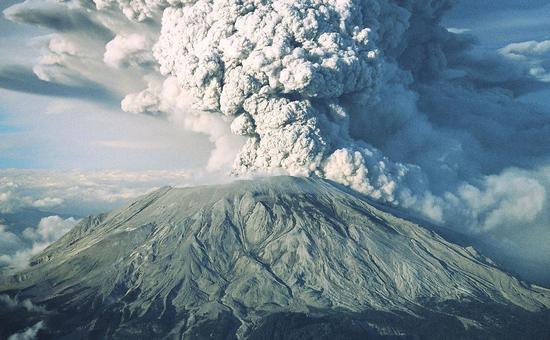 火山爆发释放的火山灰进入大气层