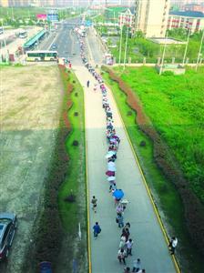 近日来16号线鹤沙航城站早高峰限流后大排长龙,这与沿线快速增长的客流不无关系。