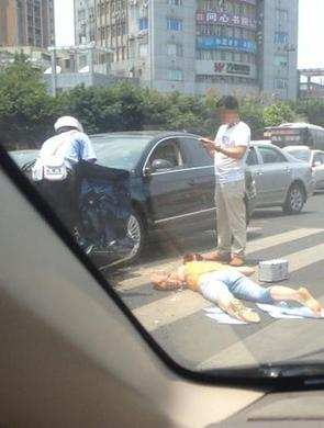 乐山美女交警撑伞救助车祸伤员