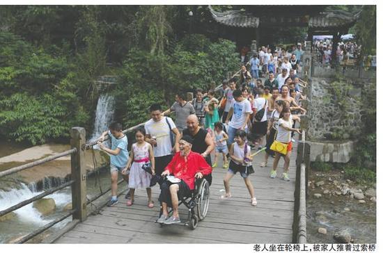 老人坐着轮椅登青城