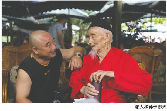 老人与孙子聊天