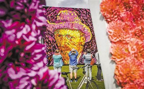 荷兰纪念梵高逝世125周年 用鲜花拼出其肖像