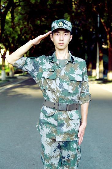 大一男生走进军区体验军营生活