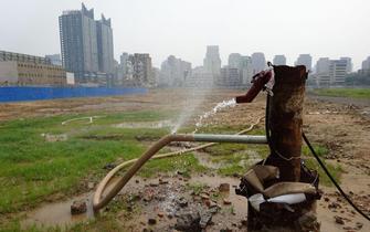 郑州式治霾 废墟上喷灌降尘积水似沼泽