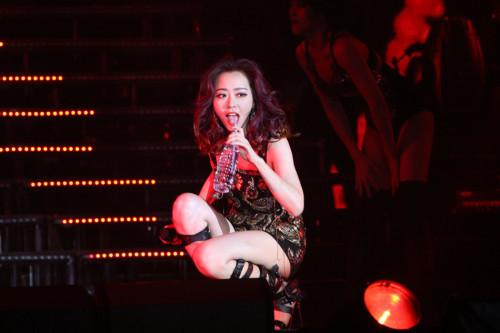 """张靓颖北京演唱会。在演唱《BangBang》时演唱突然中断,疑从舞台摔下。歌曲未演唱完舞台灯光熄灭。随后王铮亮上台证实,全场齐声喊""""靓颖加油""""。"""
