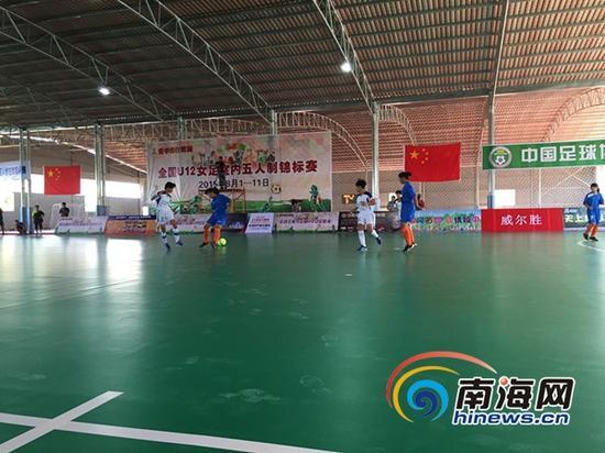 琼中女足代表海南队(白色球衣)与河南队比赛(南海网记者高鹏摄)