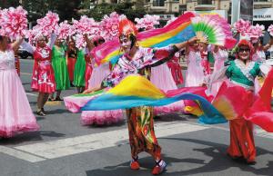 来自市区各街道的民俗表演,幽默滑稽,吸引了众人目光。
